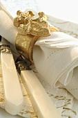 Stoffserviette mit goldenem Serviettenring (weihnachtlich)