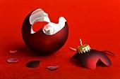 Zerbrochene rote Christbaumkugel