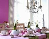 Österlich gedeckter Tisch mit Strausseneiern als Vasen für Hyazinthen