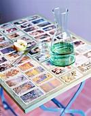 Klapptisch dekorativ beklebt mit Spielkarten