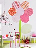 Buntes Kinderzimmer mit gebastelter Blume als Wandschmuck