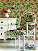 Geblümte Tapete und Stuhl im gleichen Muster