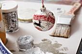 Selbstgedekorierte Weihnachtskugel mit Glitter & Rehmotiv