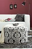 Wohnzimmer mit Sofa & schwarz-weiss gemustertem Hocker als Ablage