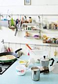 Crepes werden in Studentenküche zubereitet