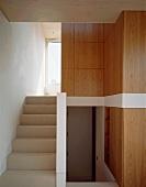 Treppenaufgang und Einbauschränke aus Holz im Treppenhaus