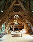 Renovierter Dachstuhl mit Wohnraum in beeindruckender alter Holzkonstruktion