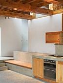 Massgefertigte Küchenzeile und Bank aus Stein mit Holzauflage