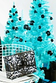 Blaue Christbäume und schwarzweisses Weihnachtspäckchen