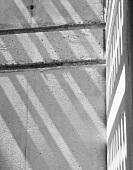 Licht- und Schattenspiel auf weisser Mauerecke