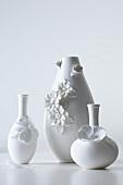 weiße Vasen mit Blütenapplikation