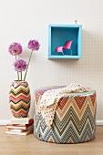 Hocker, Bodenvase mit Lauchblüte und Mini Wandbord