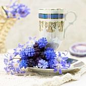 Hyazinthenstrauss mit Teetasse