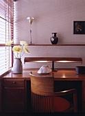 Arbeitsecke mit Schreibtisch und Stuhl aus Holz im Bauhaus Stil