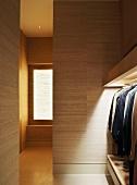 Klassisch moderner Flur mit beleuchteter Garderobe