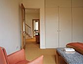 Naturmaterialien und durchgehender Sisalteppich in Schlafzimmer und Diele