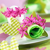 ter table decorations with hyacinths flowers and chick figures