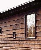 Altes Holzhaus im japanischen Stil mit modernen verschieden grossen Fenstern