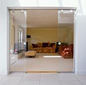 Moderne offene Terrassenschiebetüren aus Glas mit Blick auf traditionelle Einrichtung