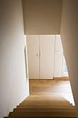 Minimalistischer Treppenabgang im zeitgenössischen Architekturstil einer Maisonette-Wohnung