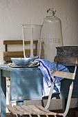 Rustikal gedeckter Tisch vor dem Haus