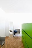 Halbhohe Grüne Trennwand mit integrierten Schubladen im Schlafzimmer