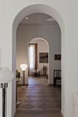 Zimmerflucht durch offene Rundbögen in traditionell eleganter Wohnung mit Antiquitäten