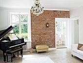 Musikzimmer mit Klavier und Backsteinwand