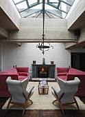 Gemütliches Wohnzimmer mit Sitzmöbeln vor dem Kamin