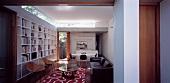 Blick in ein Wohnzimmer mit Regalwand