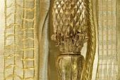 Goldener Kerzenständer (Detail) und Bänder für Weihnachten