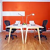 Zwei Schreibtische mit Stühlen in einem Arbeitszimmer