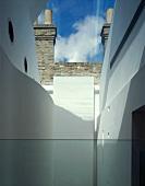 Blick in Innenhof einer zeitgenössischen Architektur vor Fabrik mit Ziegelfassade