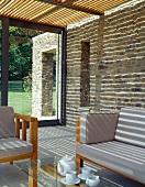 Teepause im modernen Wohnraum mit Natursteinwand