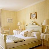 Helles Schlafzimmer im traditionellen Stil mit gelb-weissen Streifen auf Tapete an Wand