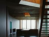 Zwischengeschoss mit Holztreppe zum Obergeschoss