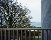 Blick vom Balkon auf den Garten und zum Hafen