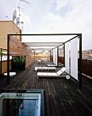 Moderne Terrasse mit Eingang durch verschiebbaren, gläsernen Dachausstieg und mit Terrassenmöbeln und Sonnenschutz