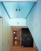 Von oben begehbares Oberlicht in modernem Flur