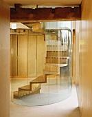 Wendeltreppe aus Holz mit gebogener Glaswand