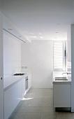weiße funktionale Küche