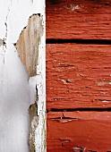 Abgeblätterte Farbe auf Holz