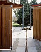 Geöffnetes Gartentor und Blick in Garten