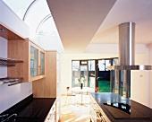 Eine Küche, offen zum Esszimmer
