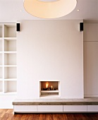 Ein Wohnzimmer mit eingebautem Kamin
