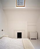 Ein weisses Schlafzimmer mit Dachfenster