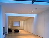 Minimalistisch eingerichteter Wohnzimmer