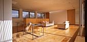 Minimalistisch eingerichtetes Wohnzimmer mit Parkettboden
