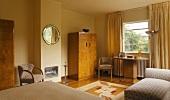 Ein Schlafzimmer mit Garderobenschrank