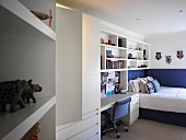 Made-to-measure installation with shelving and integrated desk in teenager's bedroom
